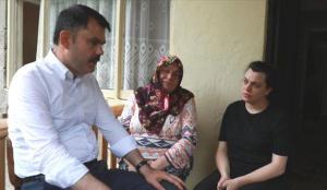 Bakan Kurum, heyelanda hayatını kaybedenlerle kaybolan kişinin ailesini ziyaret etti