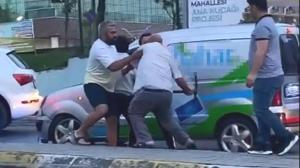 İstanbul'da trafikte şoke eden anlar! Kazma ile saldırdı