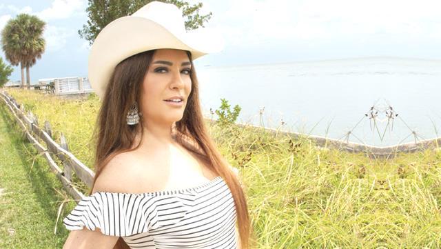 Şarkıcı Reyhan Karaca, photoshop yapmak isterken yüzünü yamulttu