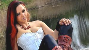 Model Jessica Leidolph, fotoğraf çekimi için kafesine girdiği leoparların saldırısına uğradı