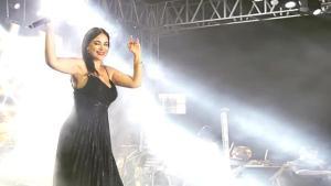 Ünlü şarkıcı Zara, konserinde giydiği dekolteli siyah elbisesiyle hayranlarını mest etti