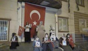 Diyarbakırlı anneler HDP binasına  dev Türk bayrağı astı