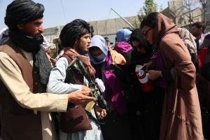 Kabil'de Protesto Düzenleyen Kadınlar Taliban Militanlarıyla Karşı Karşıya Geldi
