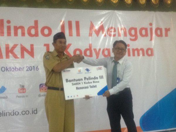 GM Pelindo III Bima, Kadek Patria saat menyerahkan bantuan kepada Kepala SMKN 1 Kota Bima.
