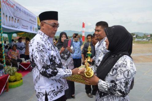 Wabup Bima, H Dahlan saat menyerahkan hadiah usai upacara HGN.