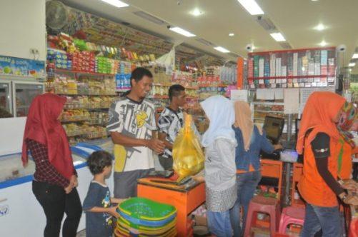 Karyawan Hokky Mart saat melayani pembeli.