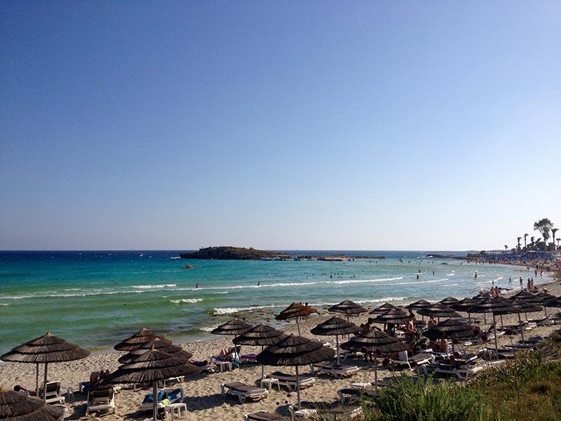 Cipro una spiaggia tira laltra per famiglie con bambini
