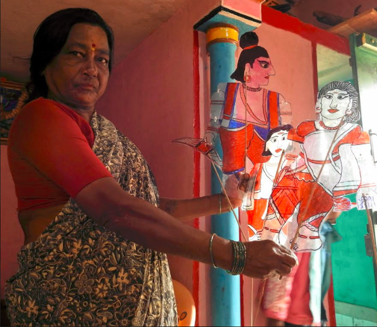 Kalaviduru Gowramma demonstrating the art with puppets