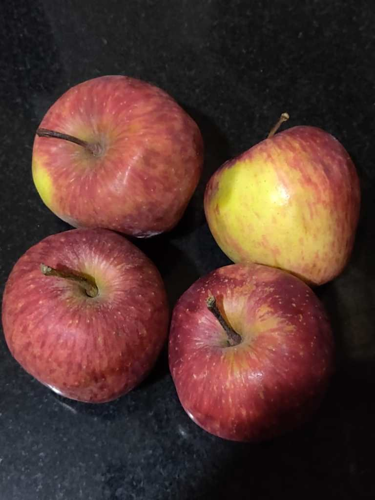 Medium sized Shimla apples