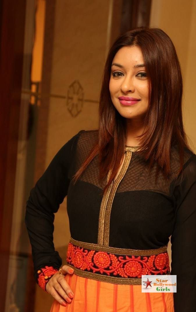 Payal-Ghosh-Stills-At-Desire-Designer-Exhibition-Launch-8