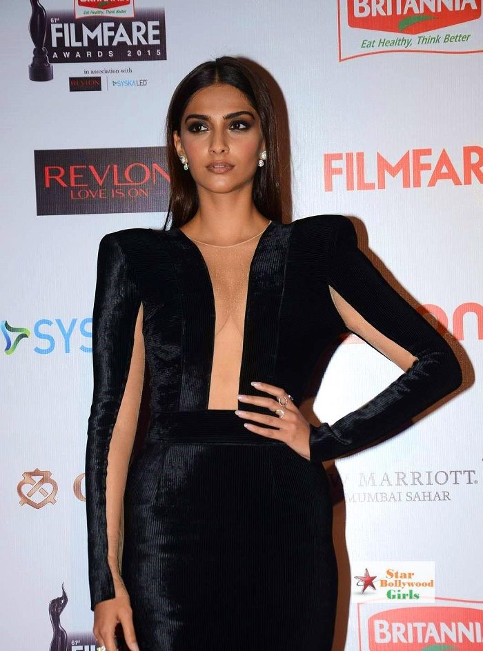 sonam-kapoor-black-dress-filmfare-awards-nominations-party-2015-1