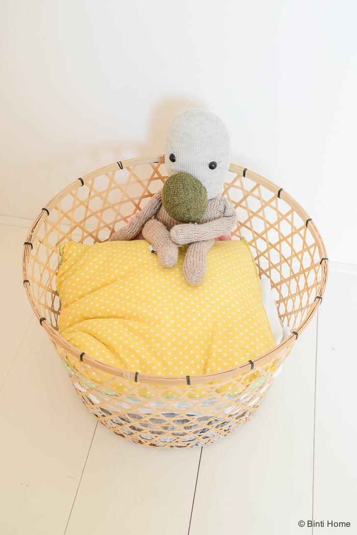 Babykamer stylingtip bamboe mand zachte pasteltinten Binti Home Blog