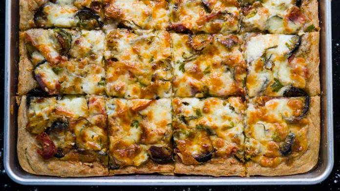 Pizza à l'aubergine & courgette grillées avec sauce béchamel