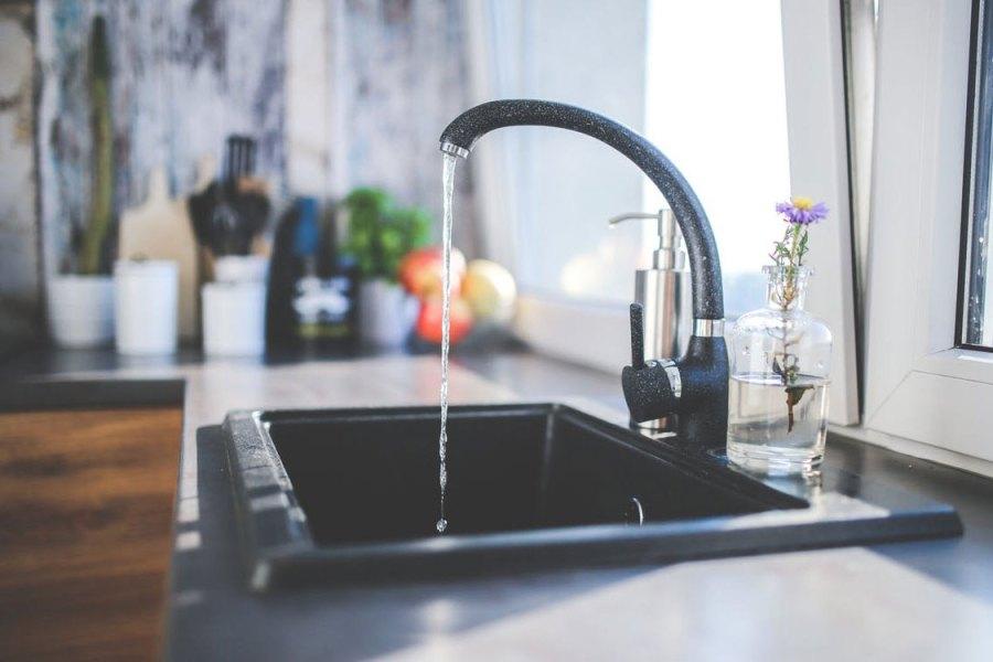 Faut-il traiter l'eau courante distribuée au robinet ?