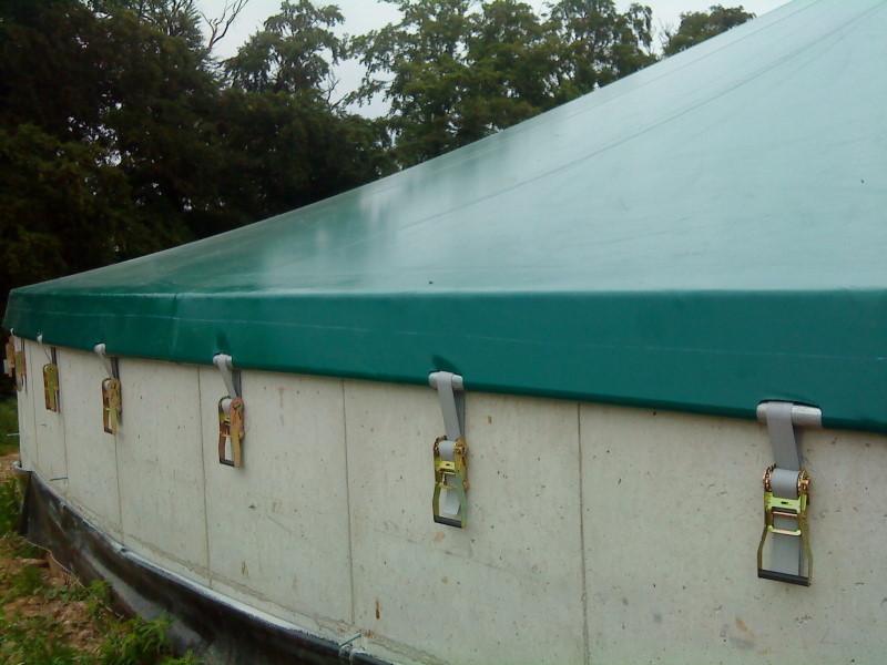 Zdjęcie zbiornika na gnojowicę, widać sposób przymocowania dachu do zbiornika
