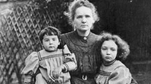 Marie Curie junto sus dos hijos Irène Joliot-Curie y Ève Curie