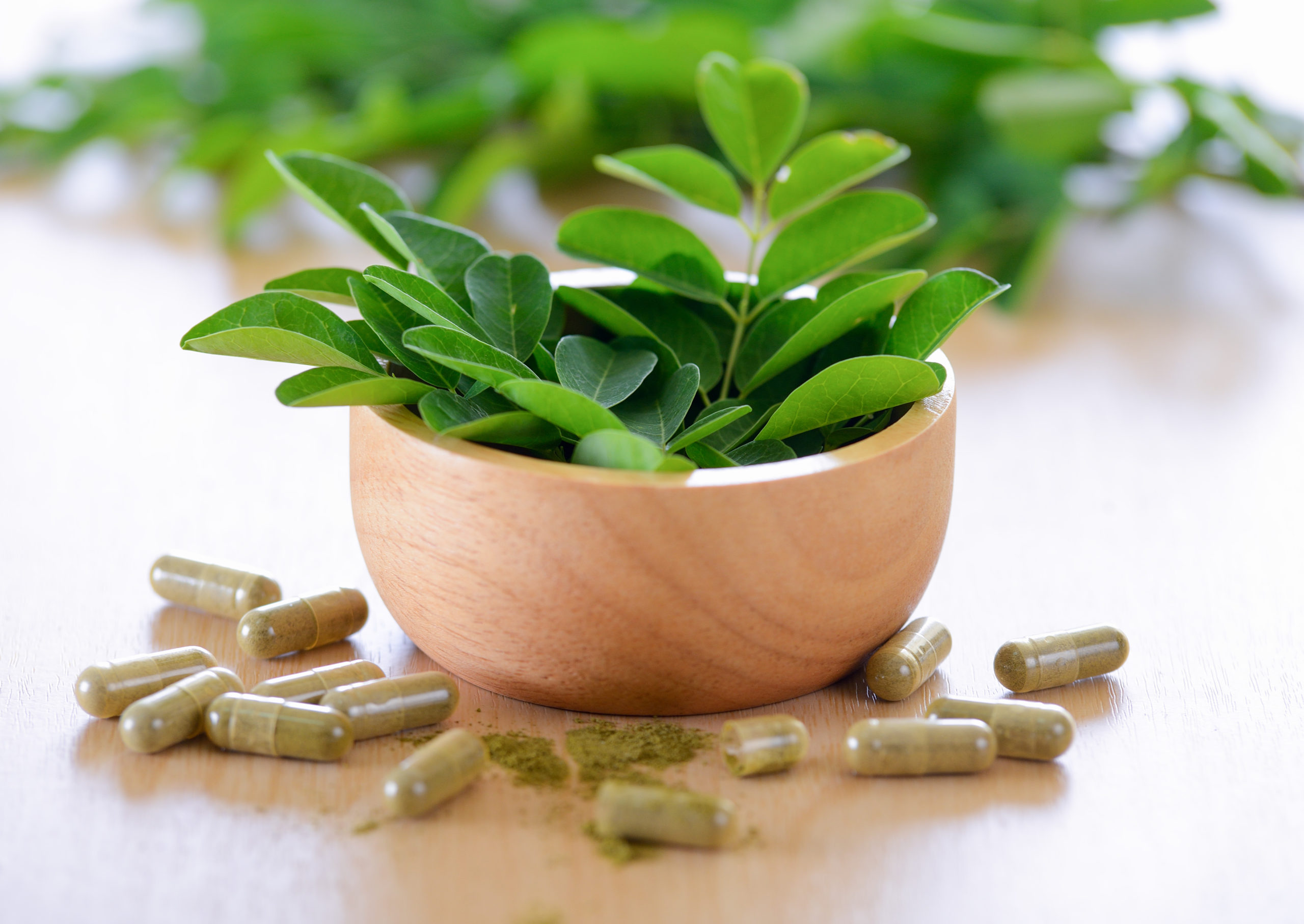 Le moringa est composé à 30% de protéines et à 15% de fibres. Il contient également des phytonutriments, de la vitamine B en grand nombre, des vitamines A, C et E, des minéraux comme le magnésium, le potassium, le fer et le calcium et des acides aminés.