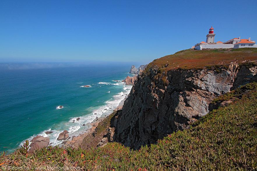 Il faro di Cabo da Roca e la scogliera a strapiombo sull'Oceano.