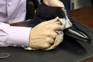28-Cara-Merawat-Sepatu-Kulit-dengan-Biopolish