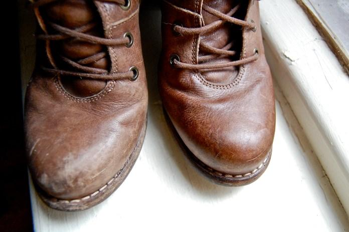cara mengatasi sepatu kulit kaku