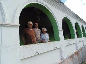 A família Barreto está no local há mais de 70 anos. No registro, Gutemberg com seus pais em frente à casa da família. Fotos: Regina Groenendal/IBS