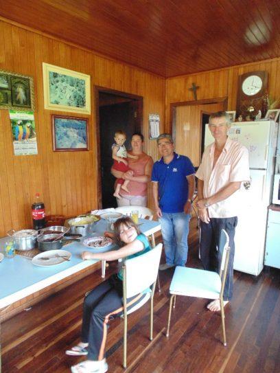 O engenheiro agrônomo Oscar e a família Freisleben durante almoço. Foto: Regina Groenendal/IBS