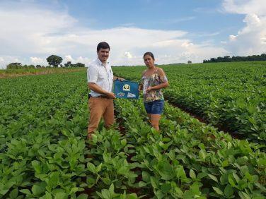 O técnico Marcio Miranda entrega o kit à agricultora Elcione Maciel da Silva, de Palmeiras de Goiás/GO.