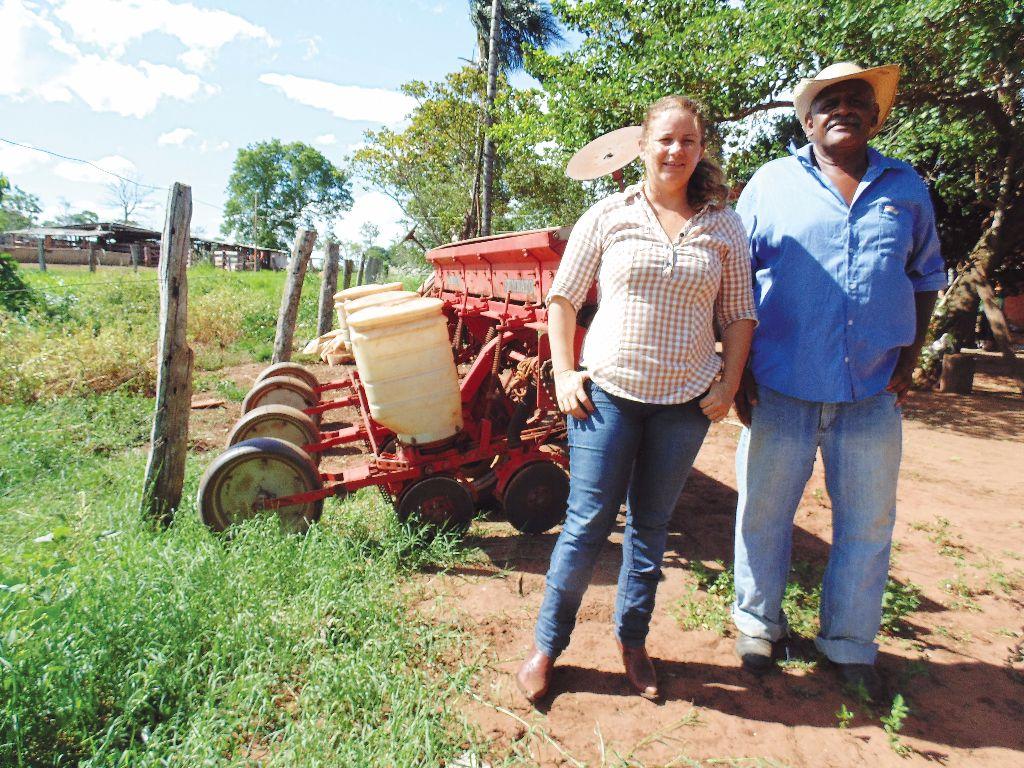 Lucilha e José próximos à plantadeira, um dos primeiros investimentos do produtor