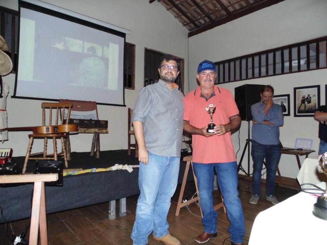 Produtor José Francisco Rodrigues recebe o troféu de Ricardo Vicalvi.