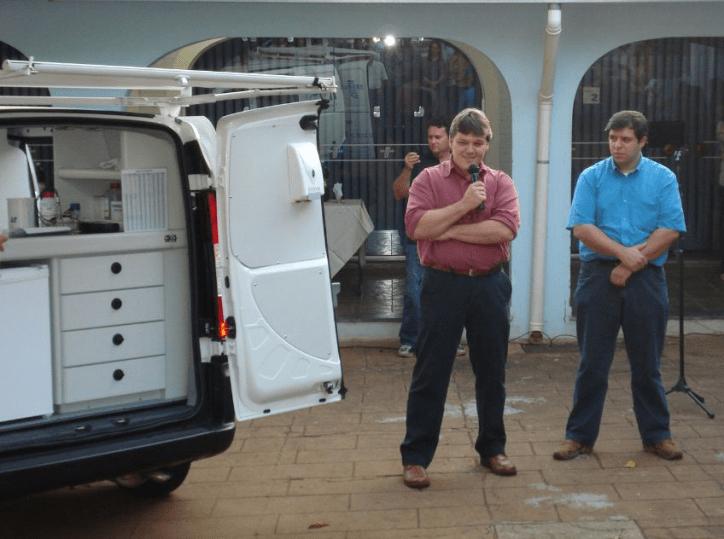 Os diretores do IBS, Luís Henrichsen (à esquerda) e Ricardo Cerveira, durante o lançamento do primeiro Vaca Móvel em Votuporanga-SP.