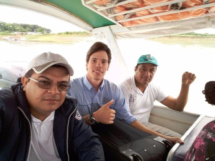 Da esquerda para direita: o analista do Sebrae Erivan dos Santos, o consultor do IBS Marcus Guireli e o produtor Aldrim Santos Silva. Eles estavam a caminho de Autazes, em trecho do Rio Solimões.