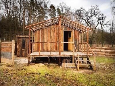 Selbstgebaute Holzhütte oder Tinyhouse auf dem Keltenhof in Freyenstein
