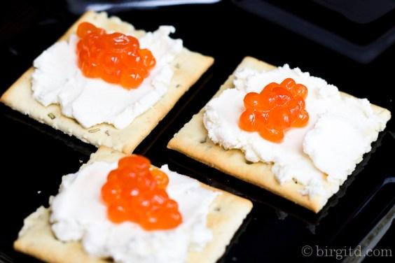Cracker mit rotem Kaviar