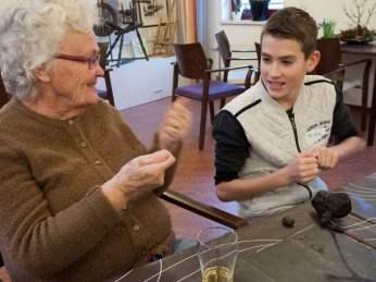 ouderen en kinderen boetseren samen - deel twee