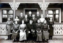 Konfirmander med kyrkoherde Krantz, Vreta kloster. Claes Krantz översta raden nr 3 från vänster.