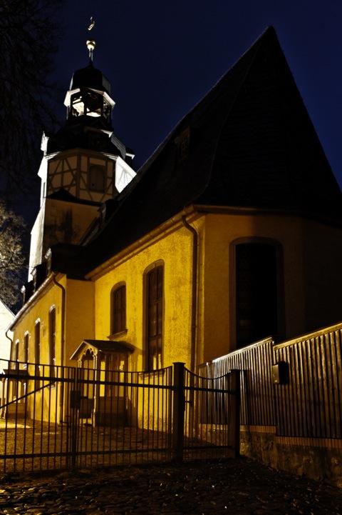 Bild: Die Kirche zu Wippra bei Nacht. Wegen der ungünstigen Beleuchtungsverhältnisse musste ich das Foto entsprechend beschneiden.
