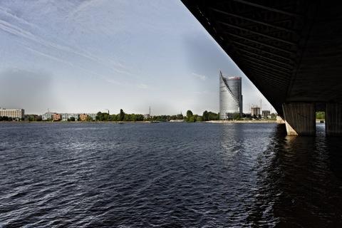Bild: Auf dem Weg aus der Alststadt von Riga nach Ķīpsala. Die Vanšu Brücke und das Hochhaus der Swedbank.