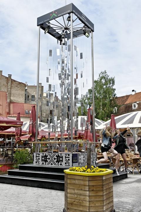 Bild: Ja wer springt denn da vom Sockel einer Skulptur in der Altstadt von Riga? NIKON D700 mit AF-S NIKKOR 28-300 mm 1:3,5-5,6G ED VR ¦¦ ISO200 ¦ f/11 ¦ 1/160 s ¦ FX 35 mm.
