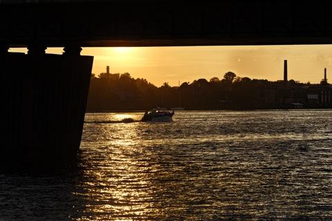 Bild: Sonnenuntergang an der Vanšu Brücke in Rīga. Blick auf das linke Ufer der Daugava. NIKON D700 mit AF-S NIKKOR 28-300 mm 1:3,5-5,6G ED VR ¦¦ ISO400 ¦ f/11 ¦ 1/400 s ¦ -0.67 EV ¦ FX 180 mm.