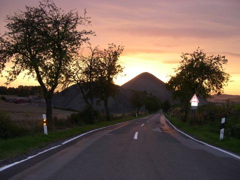 Bilder: Sonnenuntergang am Fortschrittschacht bei Eisleben. NIKON E4300.