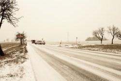 Bild: Eisglatte Straße bei Greifenhagen am Nachmittag des 21.12.2012.