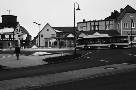 Auf dem Busbahnhof von Hettstedt laufen am frühen Morgen die ersten Busse ein. NIKON D700 mit CARL ZEISS Distagon T* 1.4/35 ZF.2. Klicken Sie auf das Bild, um es zu vergrößern.