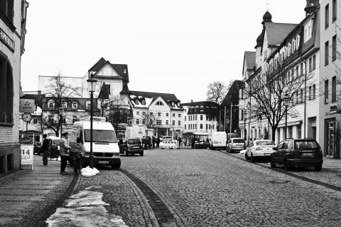 Bild: Früher war der ganze Markt von Hettstedt voll mit Verkaufsständen. Davon ist nur ein trauriger Rest einer handvoll Verkaufswagen geblieben. NIKON D700 mit CARL ZEISS Distagon T* 1.4/35 ZF.2. Klicken Sie auf das Bild, um es zu vergrößern.