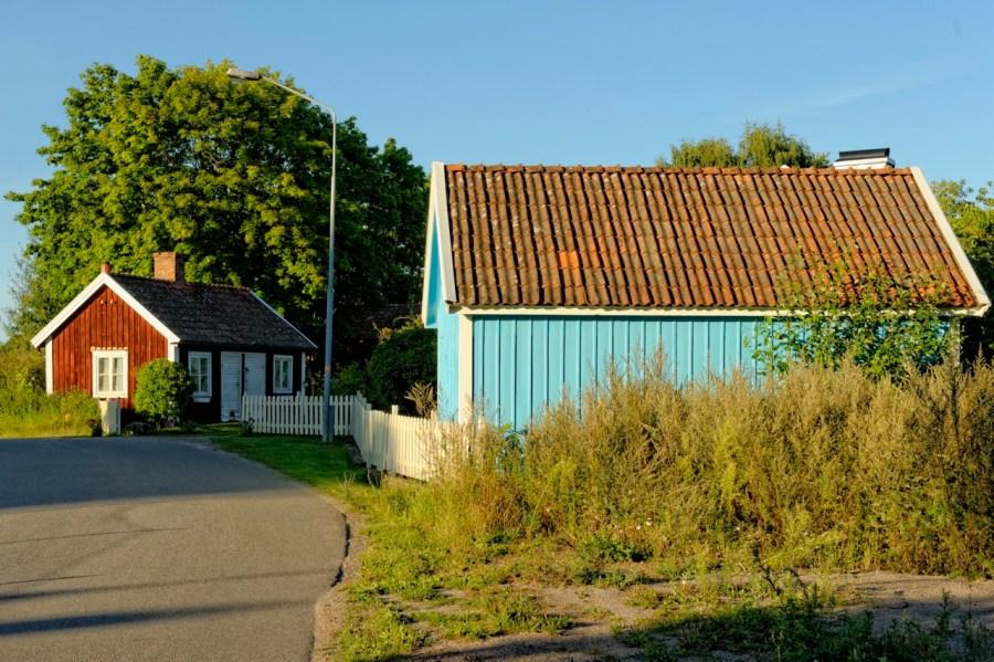 Bild: In Småland findet man auch die typischen rot oder blau angestrichenen Holzhäuser, so wie hier bei Hagby südlich von Kalmar. NIKON D700 und AF-S NIKKOR 24-120 mm 1:4G ED VR.