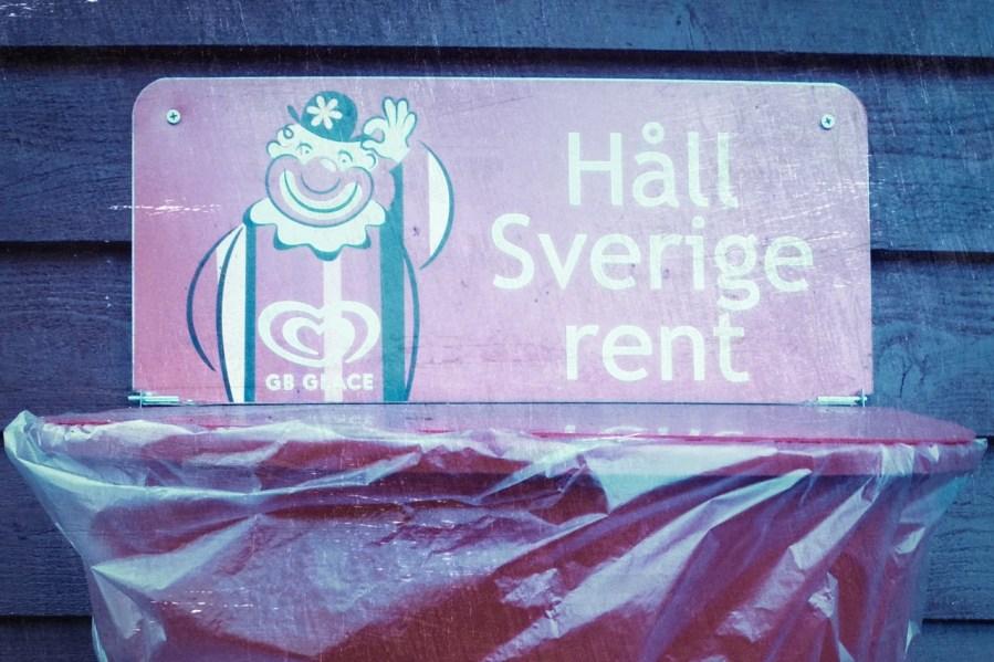 Bild: Halte Schweden sauber. Diese Schilder findet man überall an Abfallbehältern in Schweden. (c) 2013 by Birk Karsten Ecke mit OLYMPUS µTough-6020.