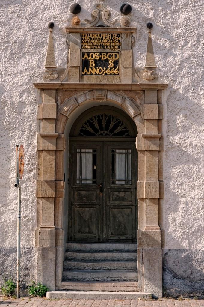Bild: Detailansicht des Eingangsportales am historischen Wohnhaus in der Altstadt von Kalmar. NIKON D700 mit NIKKOR 24-120 mm 1:4G ED VR.