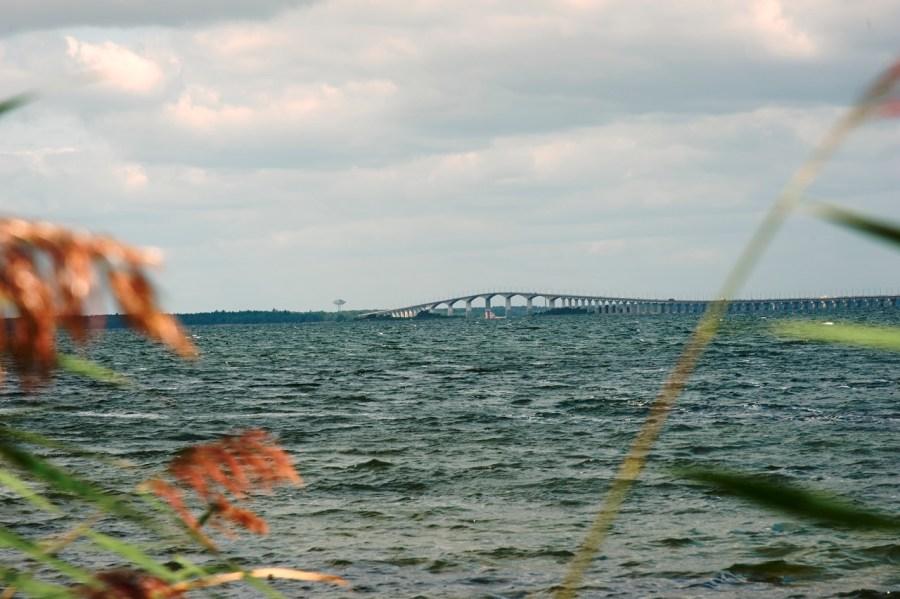 Bild: Unterwegs im Hafen von Mörbylånga auf der Insel Öland. Auf dem Bild ist die Kalmarsundbrücke zu sehen, die Småland mit der Insel Öland verbindet. NIKON D700 und AF-S NIKKOR 24-120 mm 1:4G ED VR.