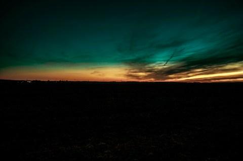 Bild: Sonnenuntergang über Quenstedt im Landkreis Mansfeld-Südharz. NIKON D700 mit AF-S NIKKOR 24-120 mm 1:4G ED VR. ISO 200 ¦ f/11 ¦ 24 mm ¦ 1.3 s ¦ kein Blitz. 1960er Film. Klicken Sie auf das Bild um es zu vergrößern.
