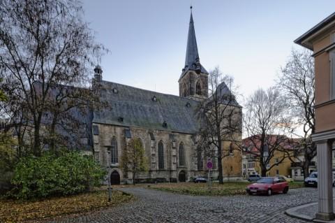 Bild: Zugegeben - Dieses Foto von der Kirche St. Stephani in Aschersleben sieht im Querformat besser aus! Bei der Auflösung der NIKON D700 ist ein entsprechender Beschnitt kein Problem. Brennweite 12 Millimeter bei Blende 11 und ISO640.