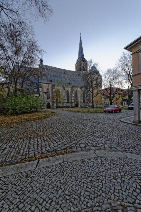 Bild: Auf dem Stephanikirchhof in Aschersleben geht es eng zu. Mit dem Sigma 12-24 mm F4,5-5,6 II DG HSM lässt sich dennoch die gesamte Kirche auf einem Foto festhalten - auch wenn es schon dämmert, so wie hier. Brennweite 12 Millimeter bei Blende 11 und ISO640.